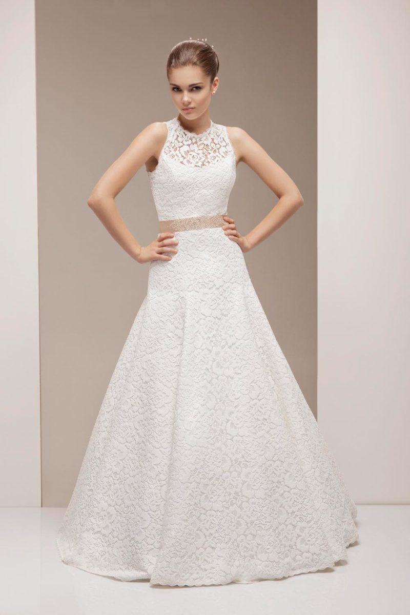 Свадебное платье «принцесса» с элегантной атласной юбкой и закрытым лифом с кружевом.
