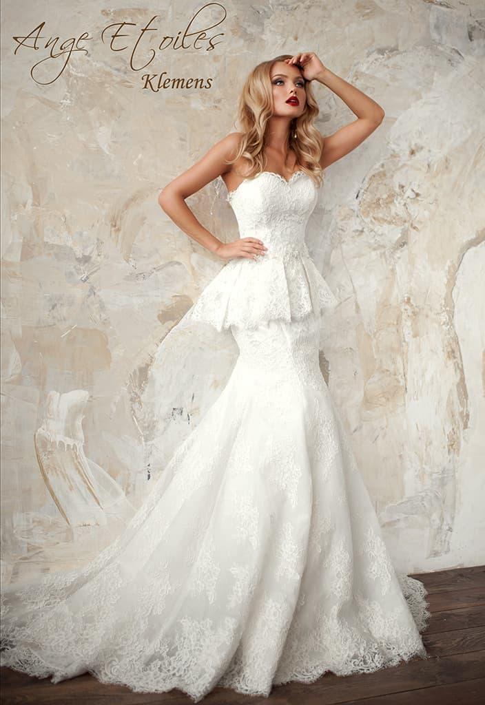 Свадебное платье «рыбка» с пышной кружевной баской и открытым вырезом.