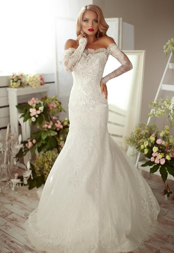 Свадебное платье «русалка» с эффектным портретным декольте и кружевным рукавом.