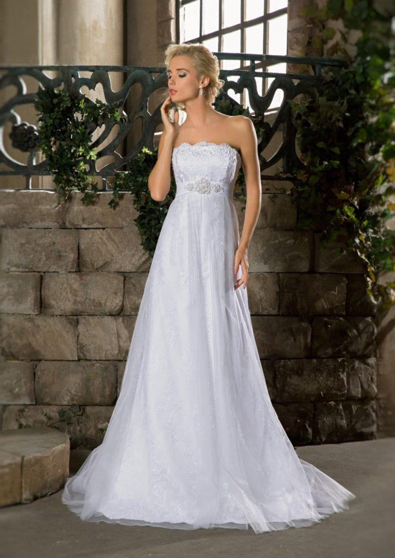 Свадебное платье «русалка» с многослойной юбкой и элегантным открытым корсетом с кружевом.