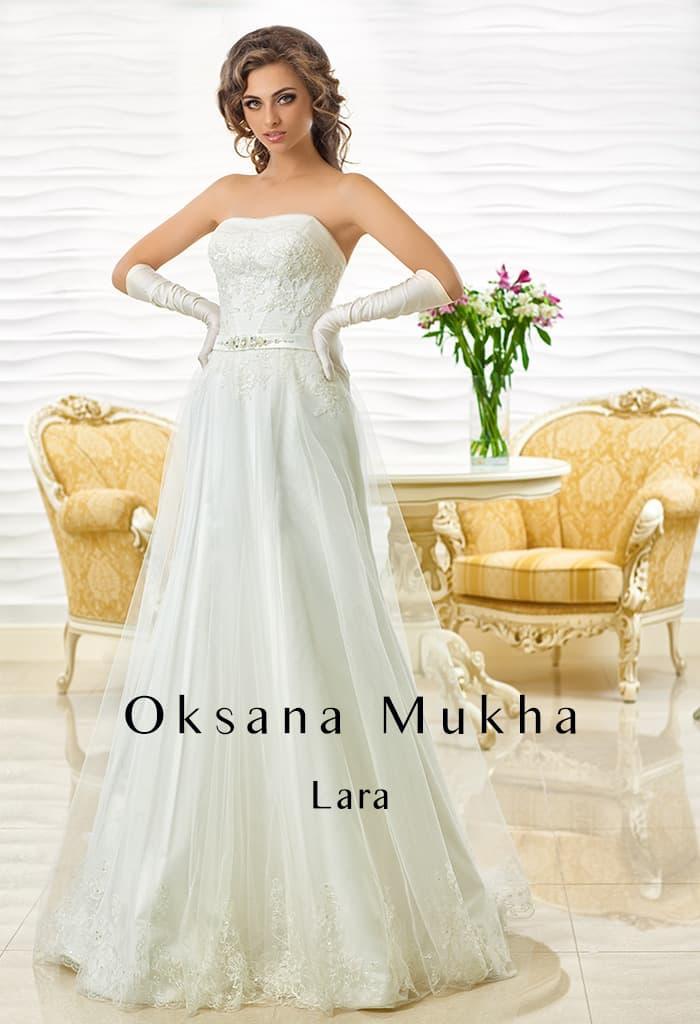 Кружевное свадебное платье А-кроя с узким поясом из плотного атласа.