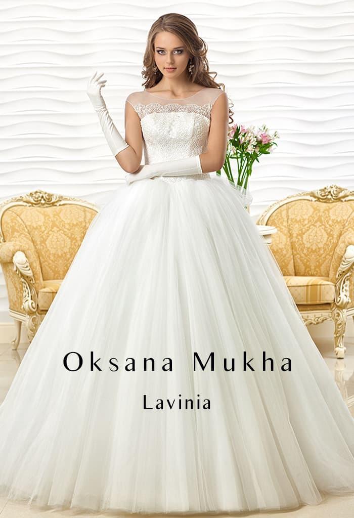 Торжественное свадебное платье с кружевным верхом и многослойным низом.