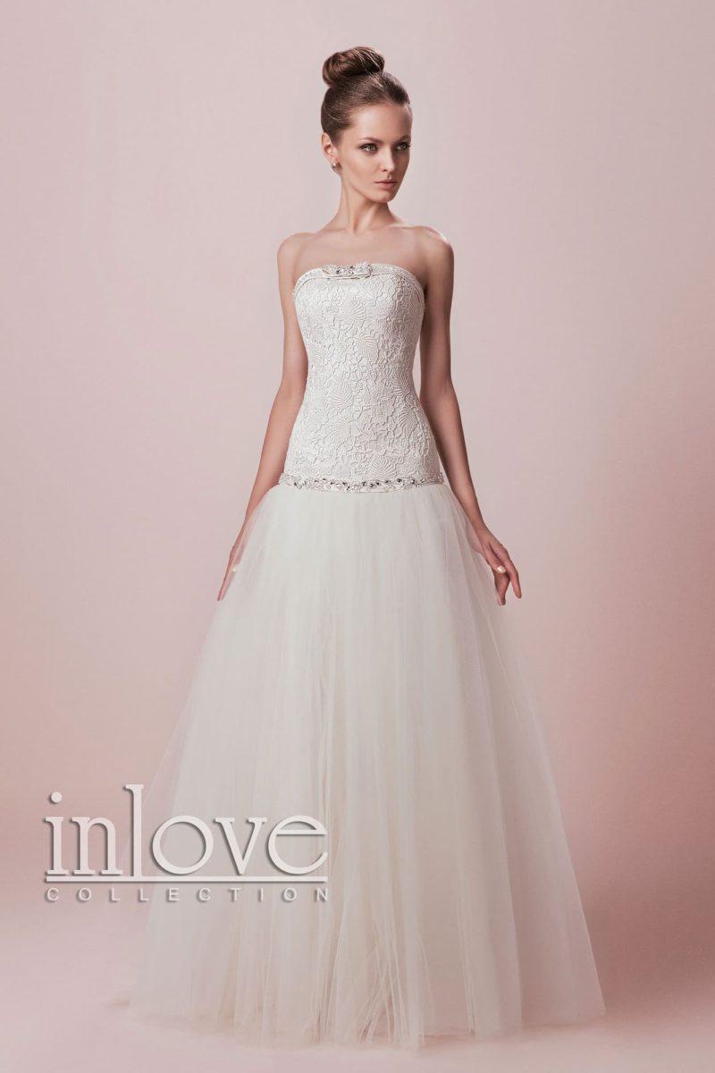 Торжественное свадебное платье с открытым лифом прямого кроя и кружевным корсетом.