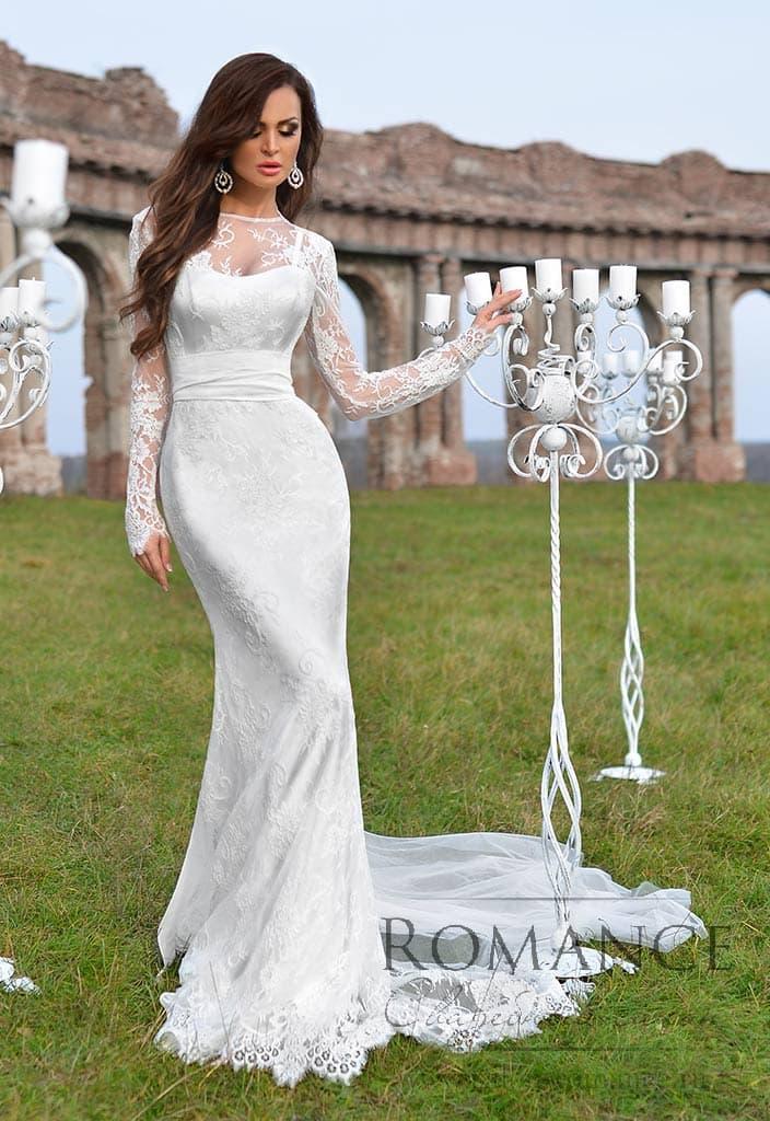 Облегающее свадебное платье русалка с длинным кружевным рукавом и поясом из атласа.