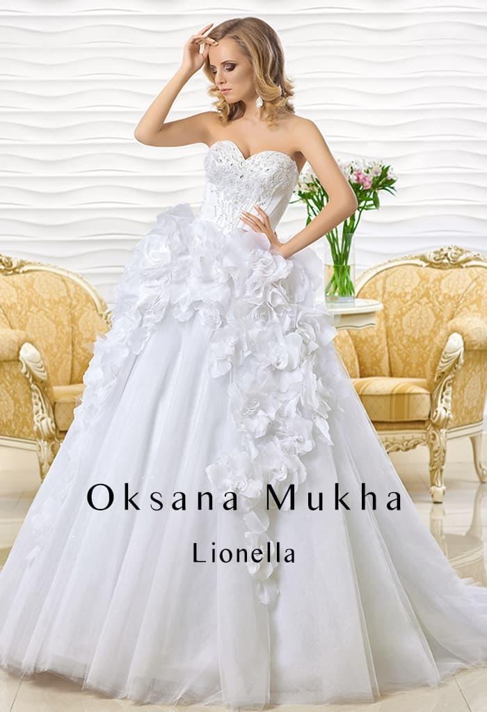 Свадебное платье с роскошными бутонами по верху подола и элегантным шлейфом сзади.