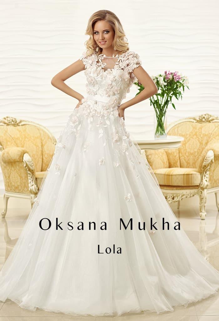 Потрясающее свадебное платье с пышной юбкой и оригинальной объемной отделкой.