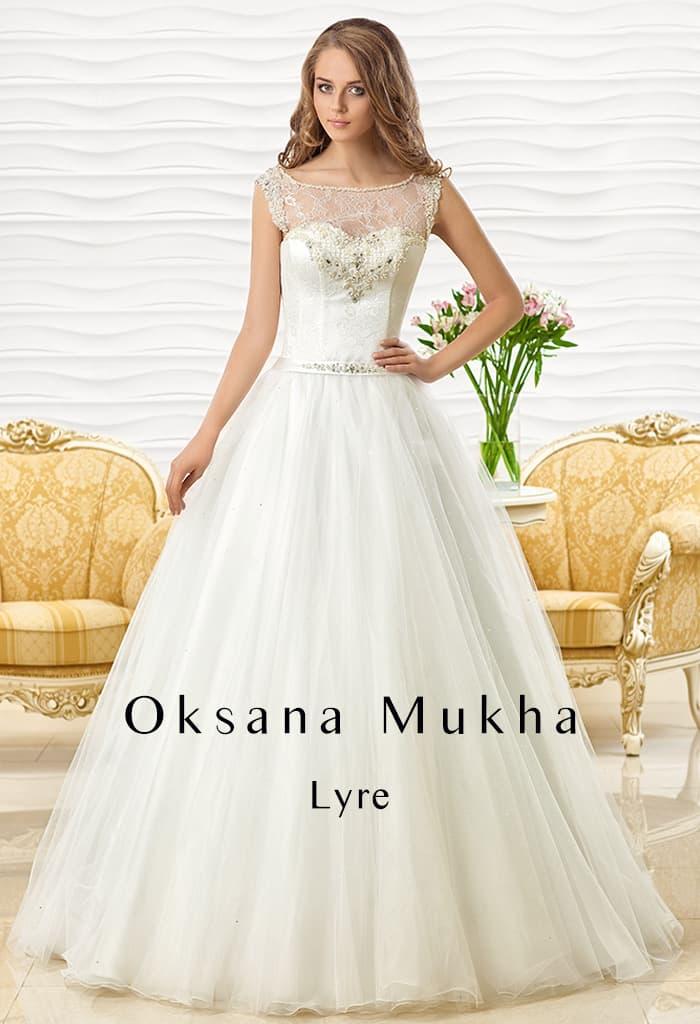 Закрытое свадебное платье с коротким рукавом и притягательным вырезом на спинке.