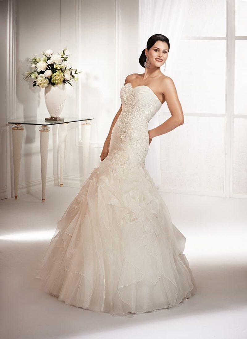 Свадебное платье «рыбка» с кружевной отделкой корсета и многоярусным подолом.