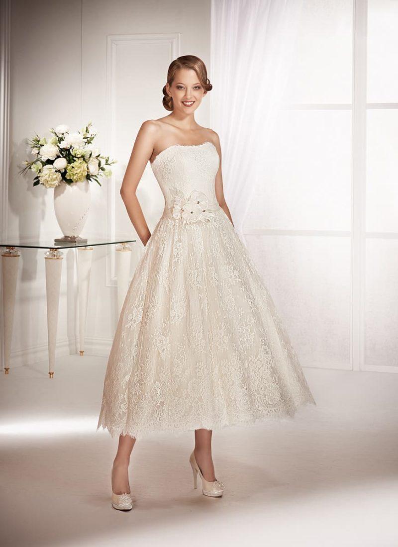 Свадебное платье чайной длины с лаконичным декольте и широким поясом на талии.