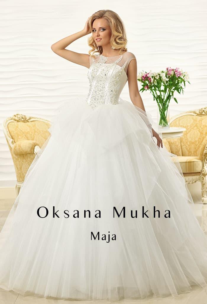 Пышное свадебное платье с закрытым верхом с округлым декольте и сверкающей вышивкой.