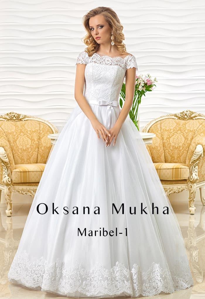 Впечатляющее свадебное платье с деликатным кружевным декором верха.