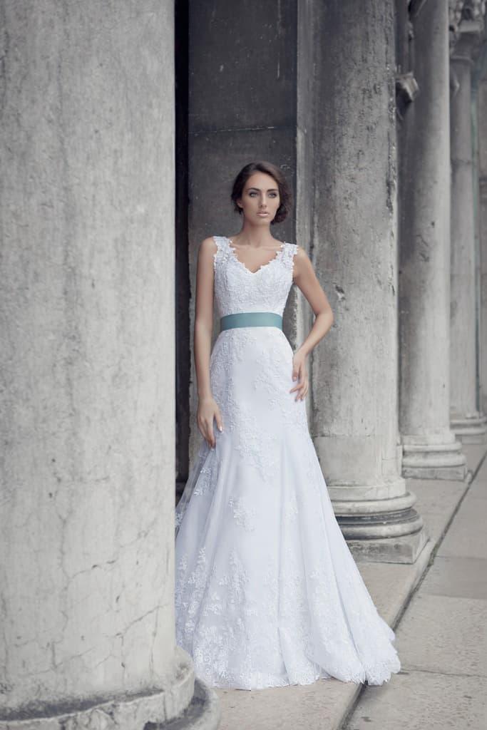 Свадебное платье с V-образным вырезом на спинке и широким бирюзовым поясом из атласа.