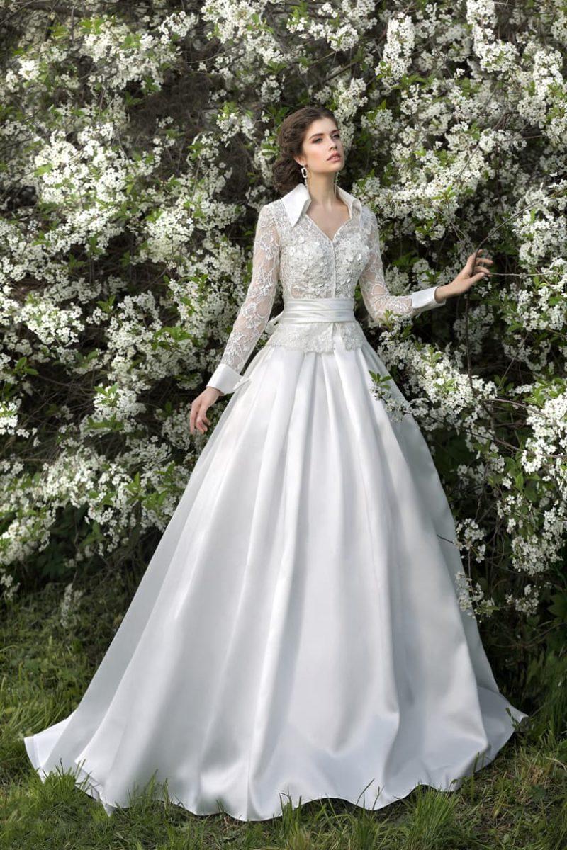 Изысканное свадебное платье с острым воротником из атласа и длинными кружевными рукавами.