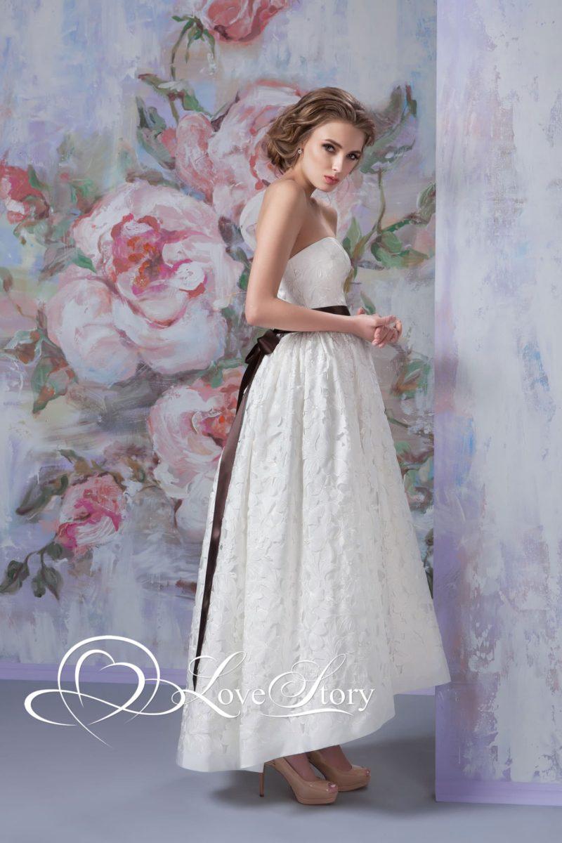 Короткое свадебное платье с атласным поясом коричневого цвета и открытым лифом.