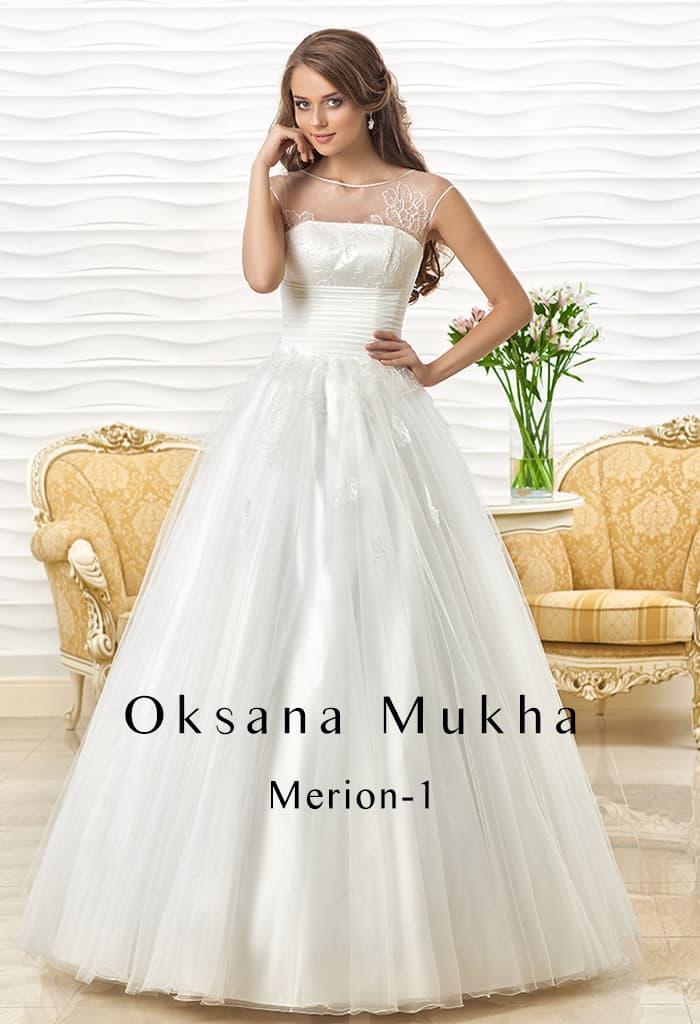 Впечатляющее свадебное платье с широким атласным поясом и тонкой отделкой верха.