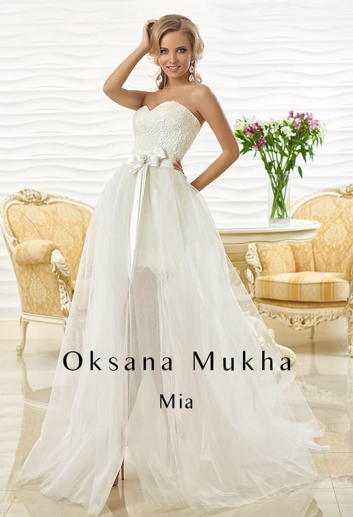 Притягательное свадебное платье с открытым корсетом и полупрозрачной юбкой.