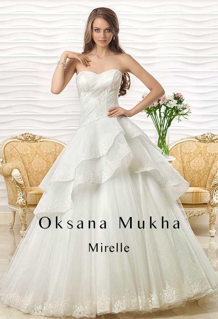 Великолепное свадебное платье с пышной многоярусной юбкой и лифом в форме сердца.