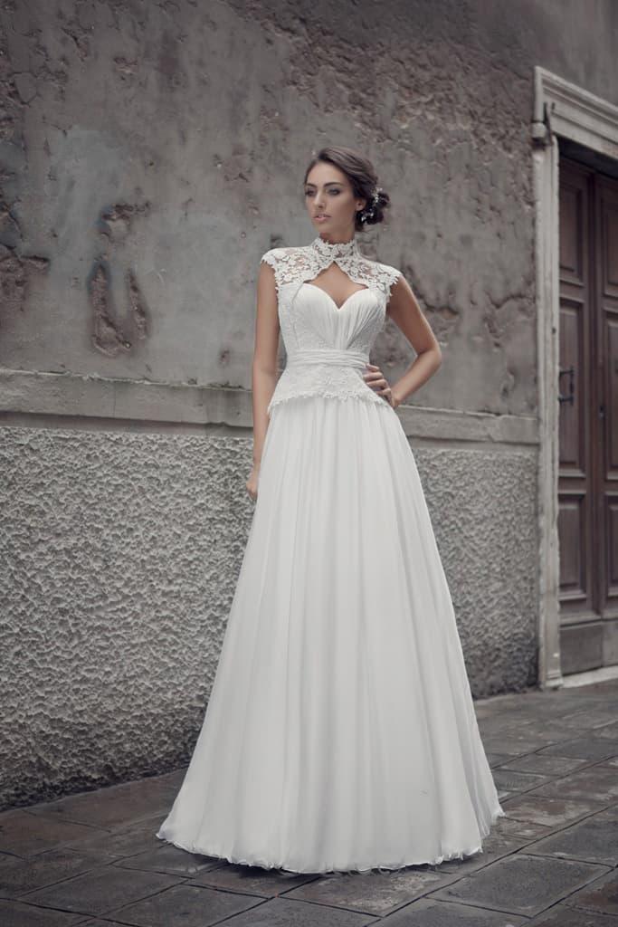 Свадебное платье «принцесса» с открытым лифом и короткими рукавами из плотного кружева.