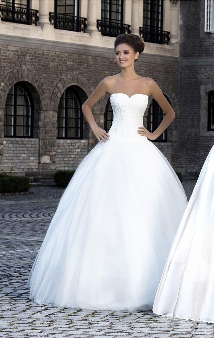 Элегантное свадебное платье торжественного пышного кроя с необычным вырезом лифа.