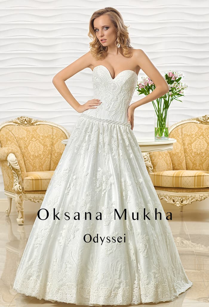 Фактурное свадебное платье «принцесса» с глубоким вырезом в форме сердца.