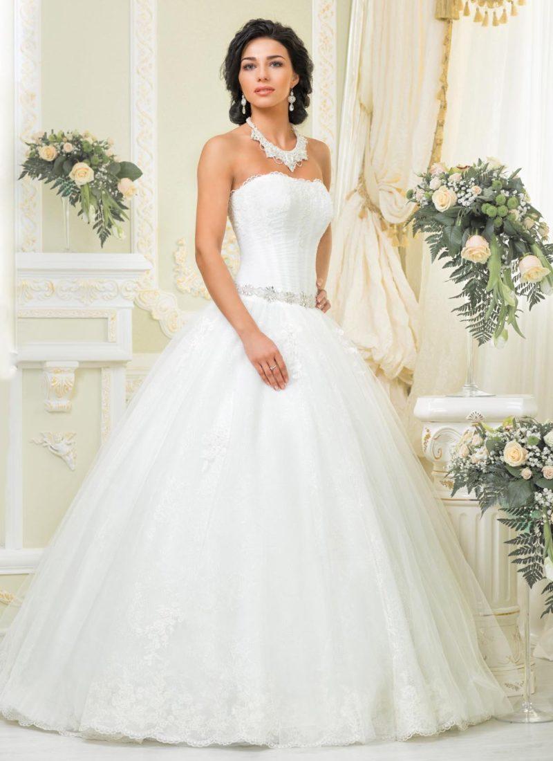 Традиционное свадебное платье пышного кроя со сдержанным лифом и кружевным колье.