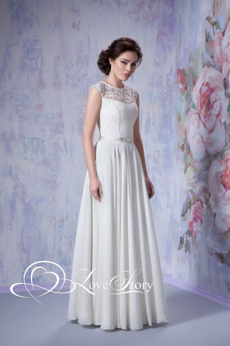 Свадебное платье с легкими волнами по прямой юбке и узким золотистым поясом.