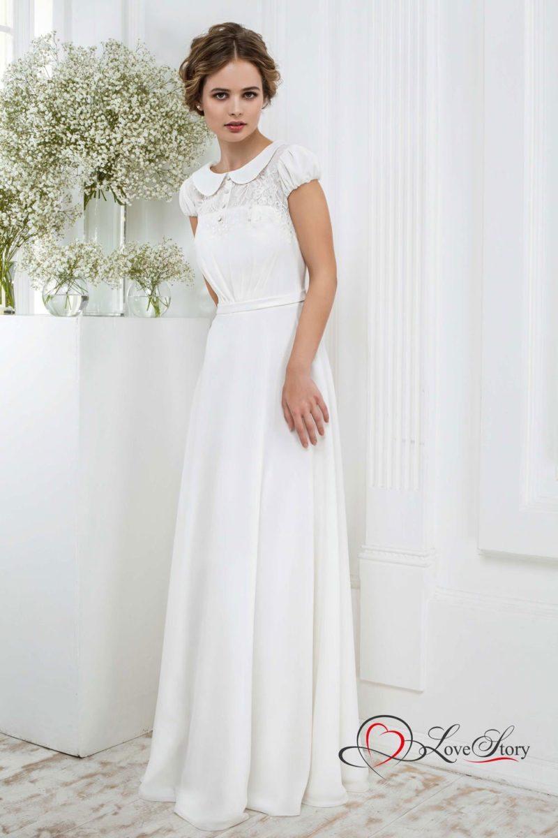 Прямое свадебное платье с коротким пышным рукавом и круглым воротником.