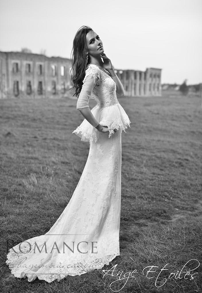 Облегающее свадебное платье с кокетливой пышной баской.