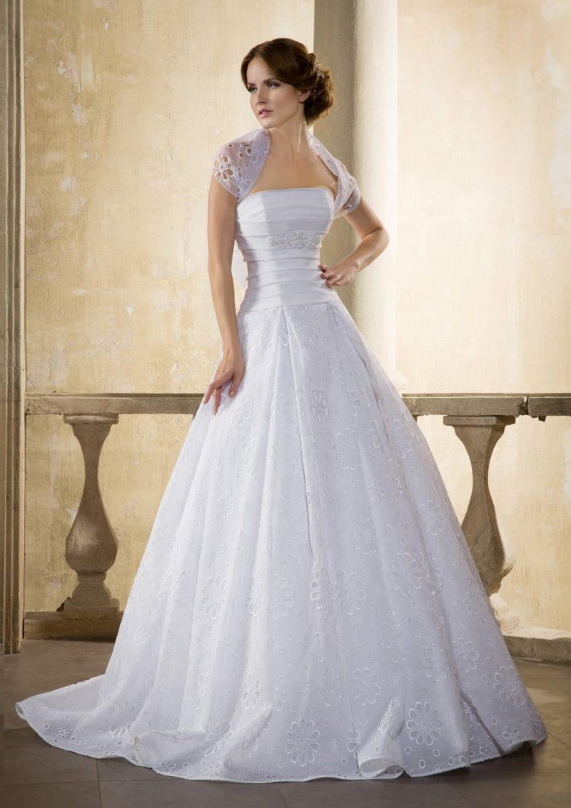 Пышное свадебное платье с открытым прямым лифом, дополненным сверху ажурным болеро.