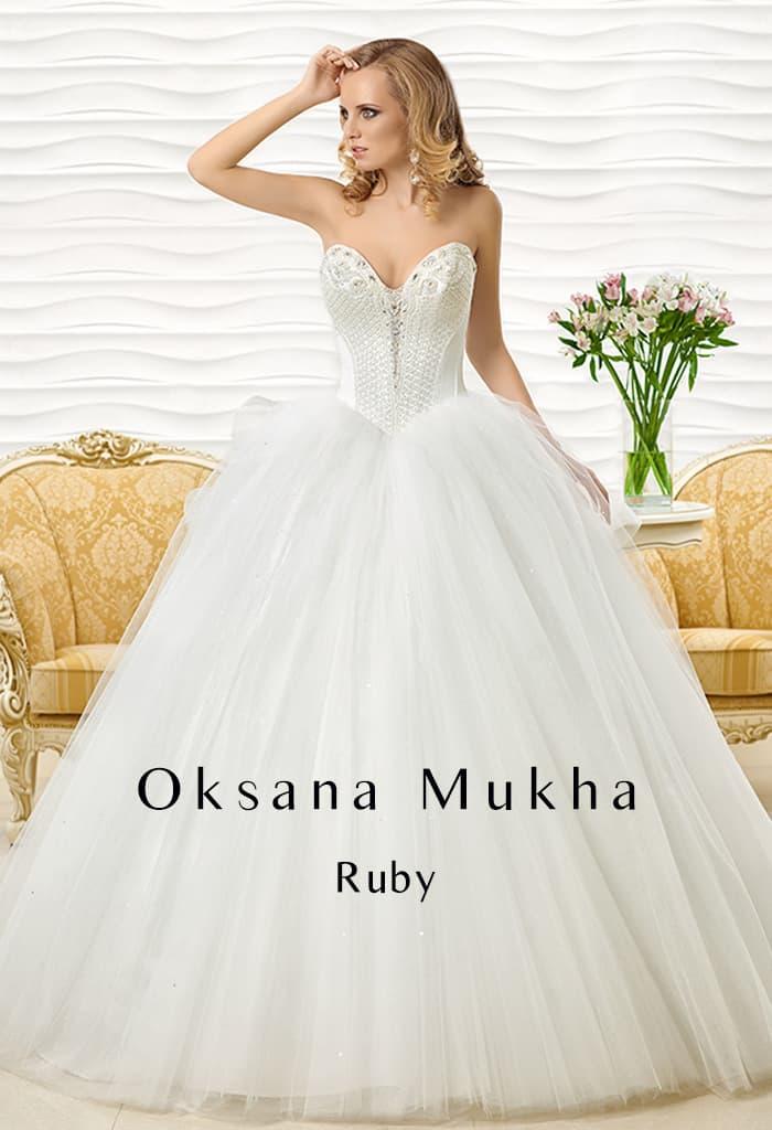 Роскошное свадебное платье со сложной вышивкой по облегающему корсету с лифом-сердечком.
