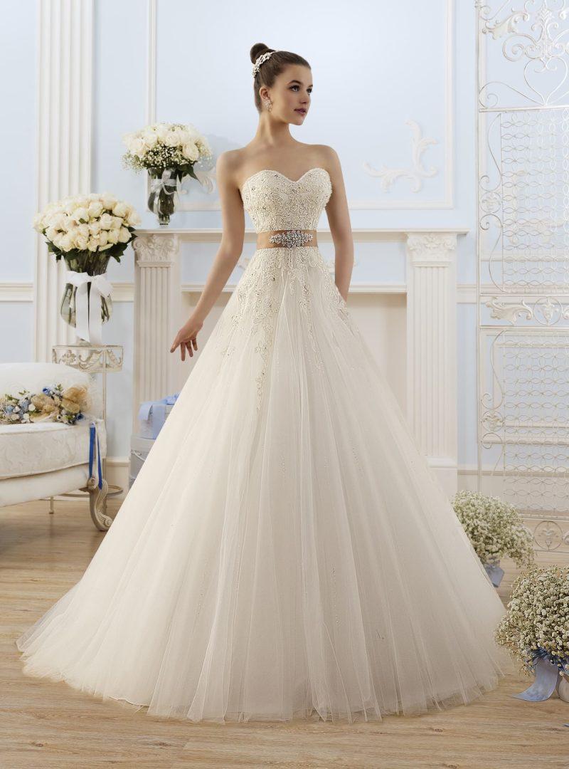 Нежное свадебное платье с открытым корсетом, покрытым бисерной вышивкой, и кремовым поясом.