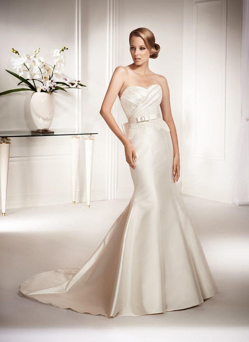 Атласное свадебное платье облегающего кроя «рыбка» с лифом в форме сердца и изящным поясом.