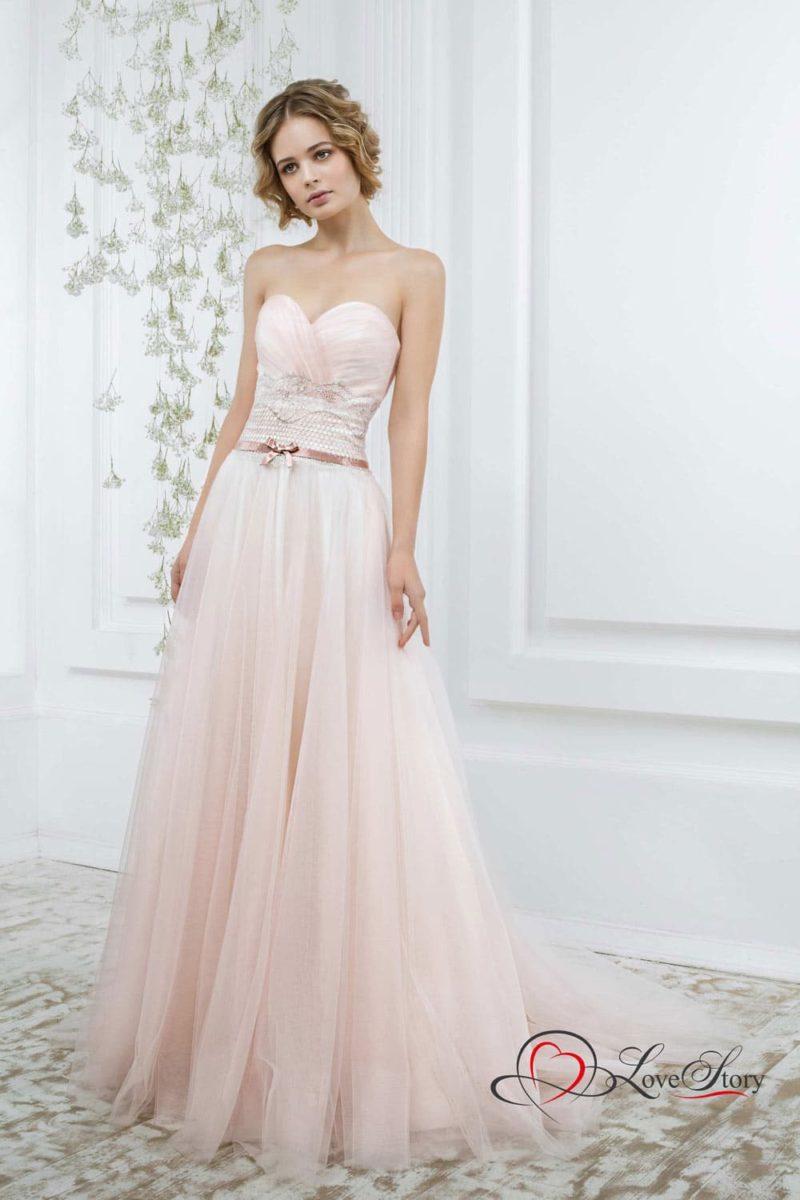 Розовое свадебное платье с открытым корсетом, дополненным атласным поясом.