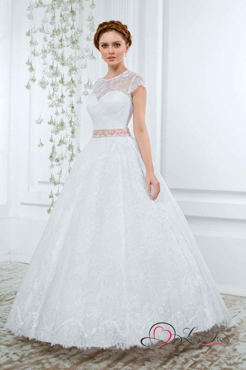 Классическое свадебное платье А-силуэта с розовым поясом, украшенным бисером.