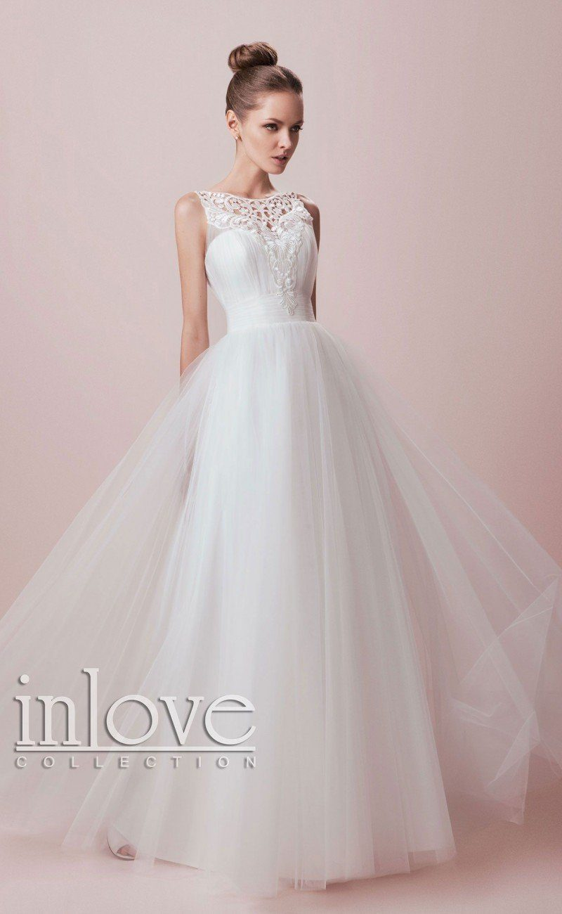 Романтичное свадебное платье с многослойной юбкой и оригинальной кружевной отделкой верха.