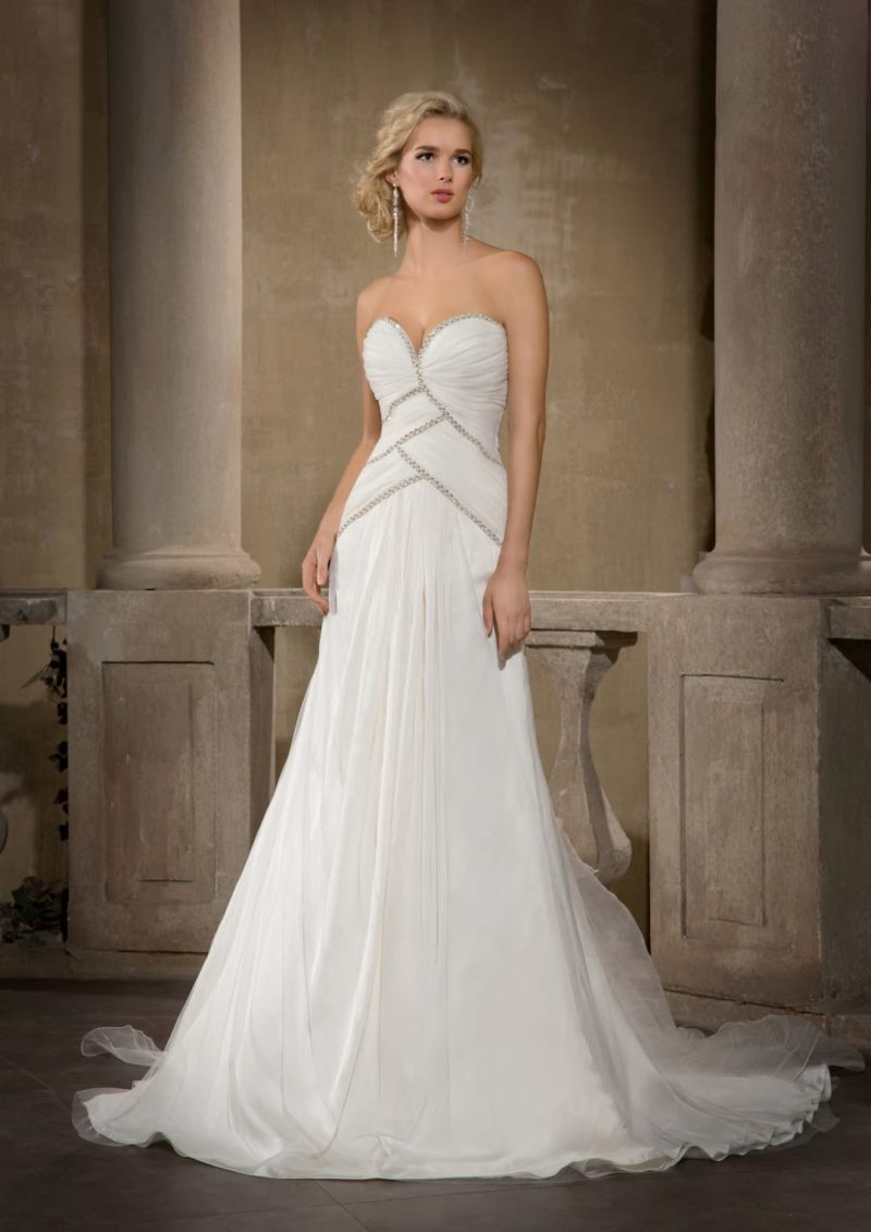 Женственное свадебное платье с элегантным открытым декольте и отделкой из бисерной вышивки.