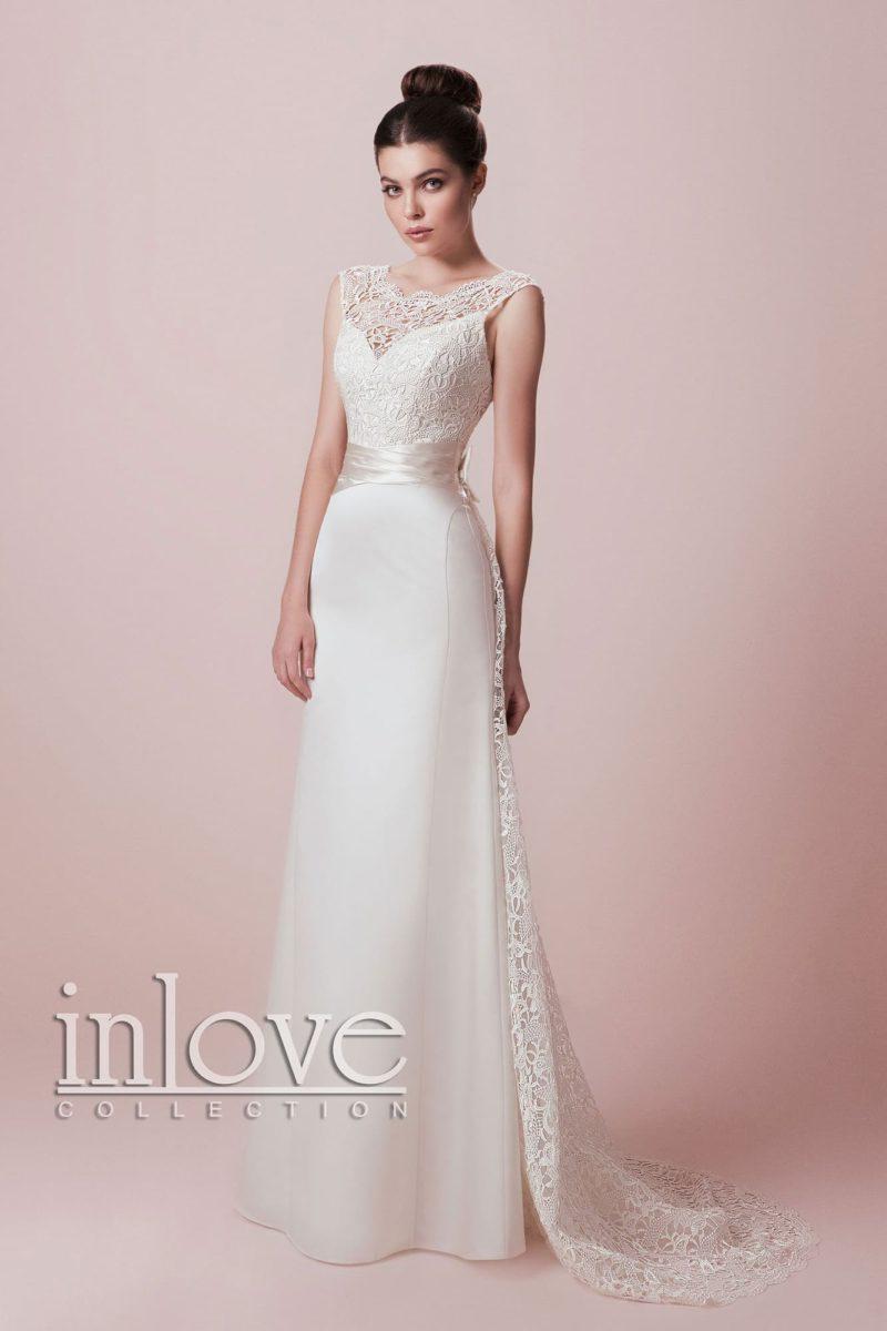 Прямое свадебное платье со стильным кружевным шлейфом и широким поясом из атласа.