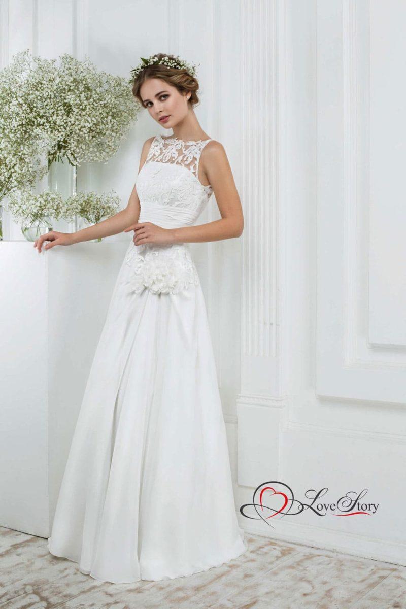 Свадебное платье с цветочной отделкой и длинной прямой юбкой.