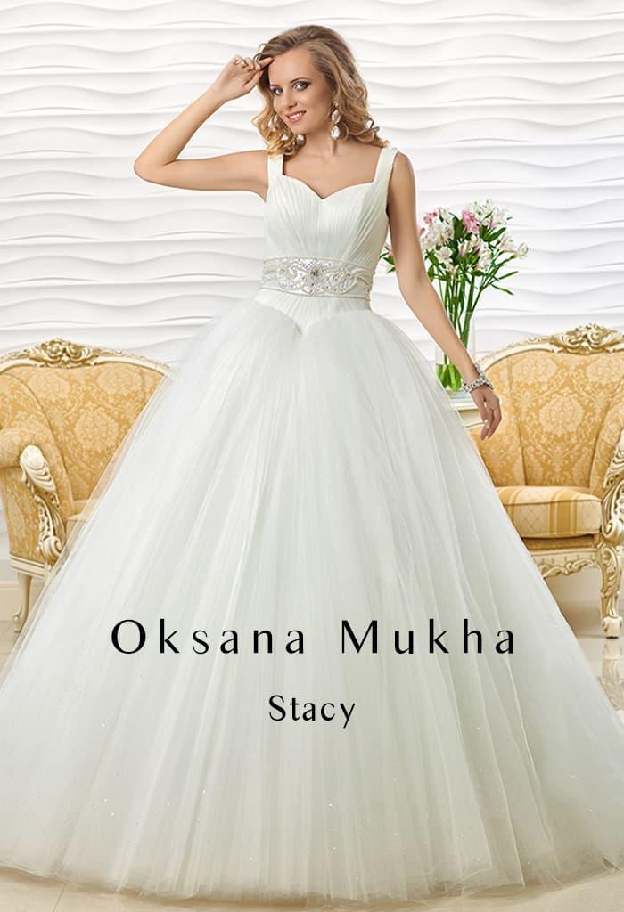 Пышное свадебное платье с бисерным декором пояса и широкими бретелями на плечах.