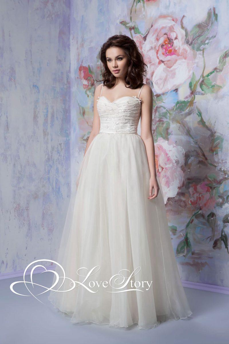 Романтичное свадебное платье с воздушным подолом и узкими бретелями.