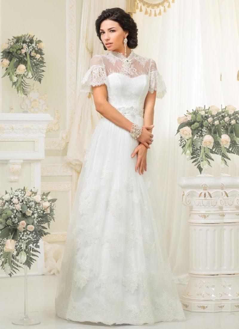 Оригинальное свадебное платье с закрытым кружевной тканью верхом и пышными короткими рукавами.