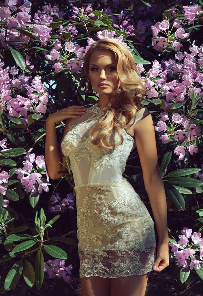 Короткое свадебное платье с фактурным декором и верхней юбкой из шифона.