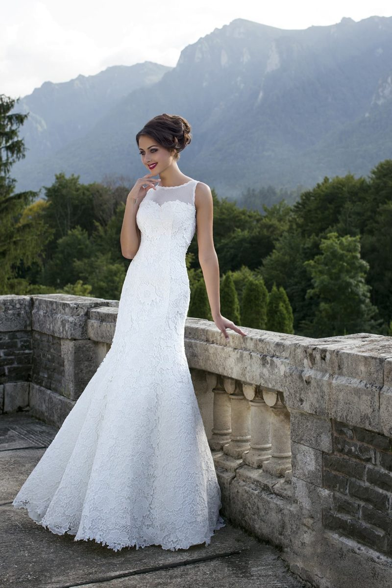 Свадебное платье облегающего кроя с полупрозрачной вставкой над лифом в форме сердца.