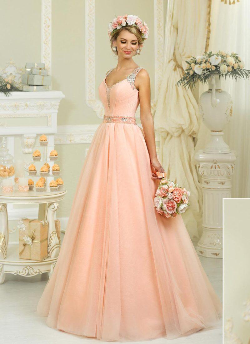 Персиковое свадебное платье с широким бисерным поясом и юбкой силуэта «принцесса».