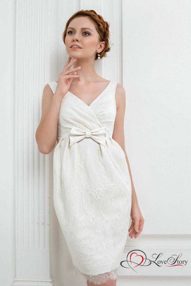 Свадебное платье-футляр с бантом на талии и V-образным декольте.