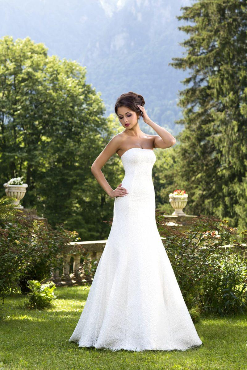Утонченное свадебное платье «русалка» с открытым лифом и декором фактурной тканью.