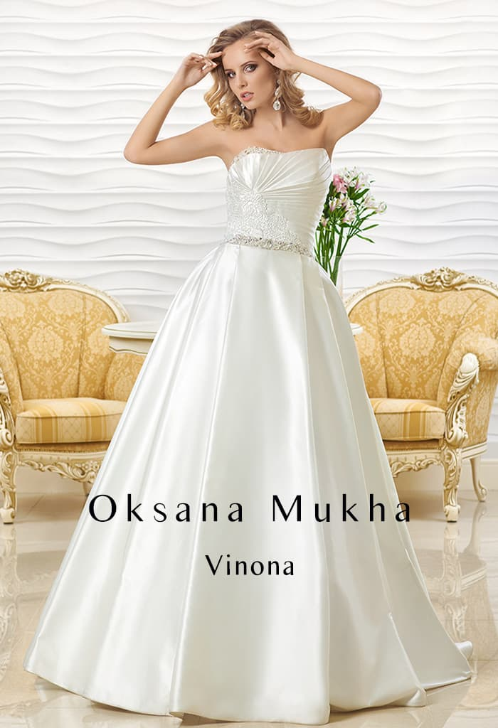 Атласное свадебное платье с лаконичным открытым лифом и узким поясом.