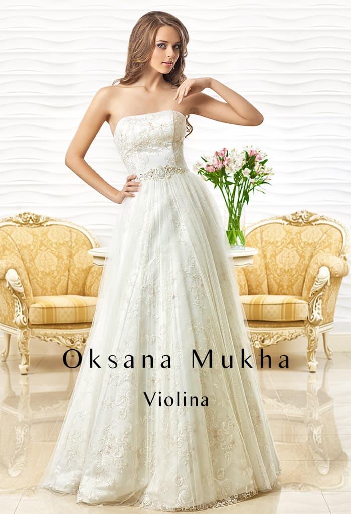 Открытое свадебное платье с элегантной юбкой «принцесса» и лифом прямого кроя.
