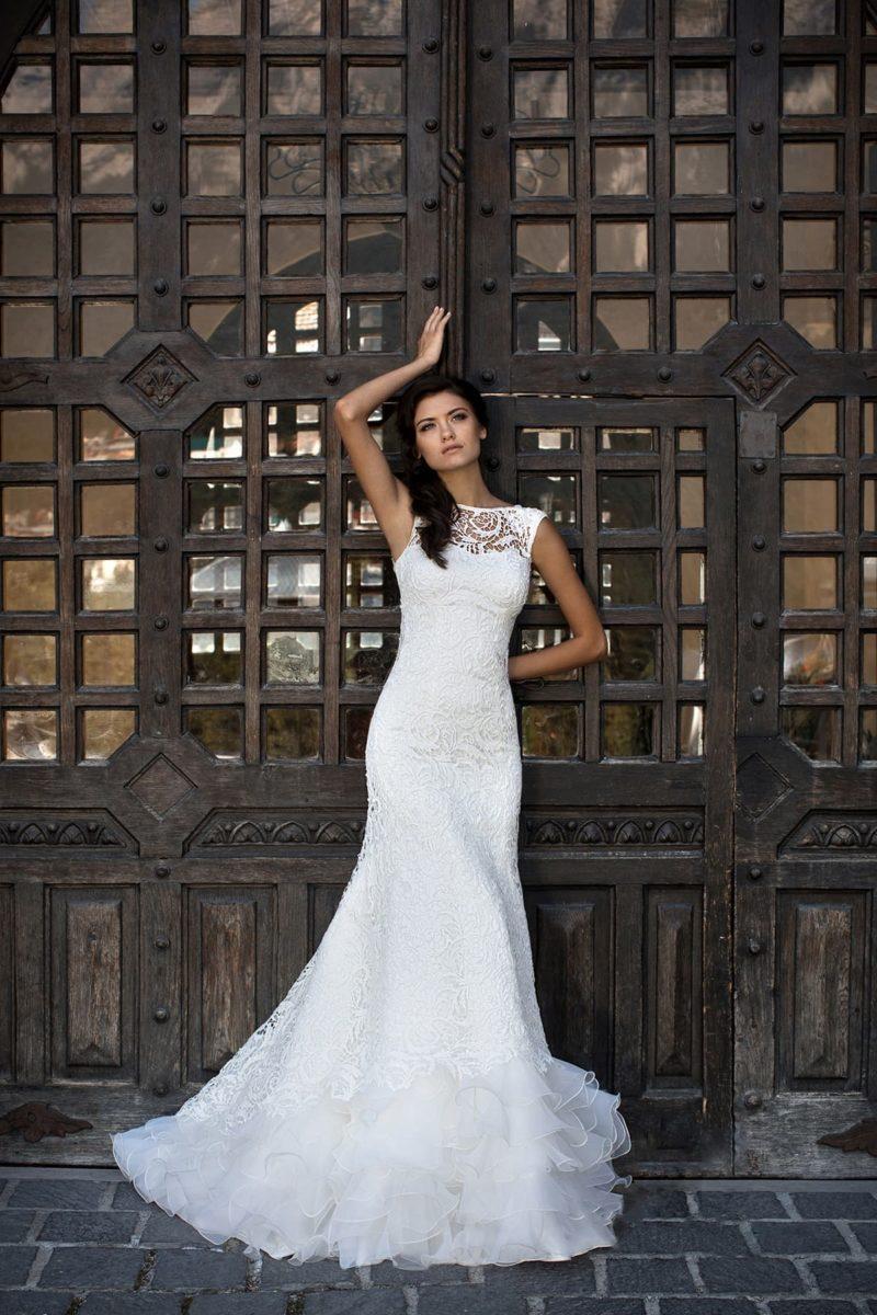 Свадебное платье «рыбка» с открытой спинкой и полупрозрачными оборками по низу подола.
