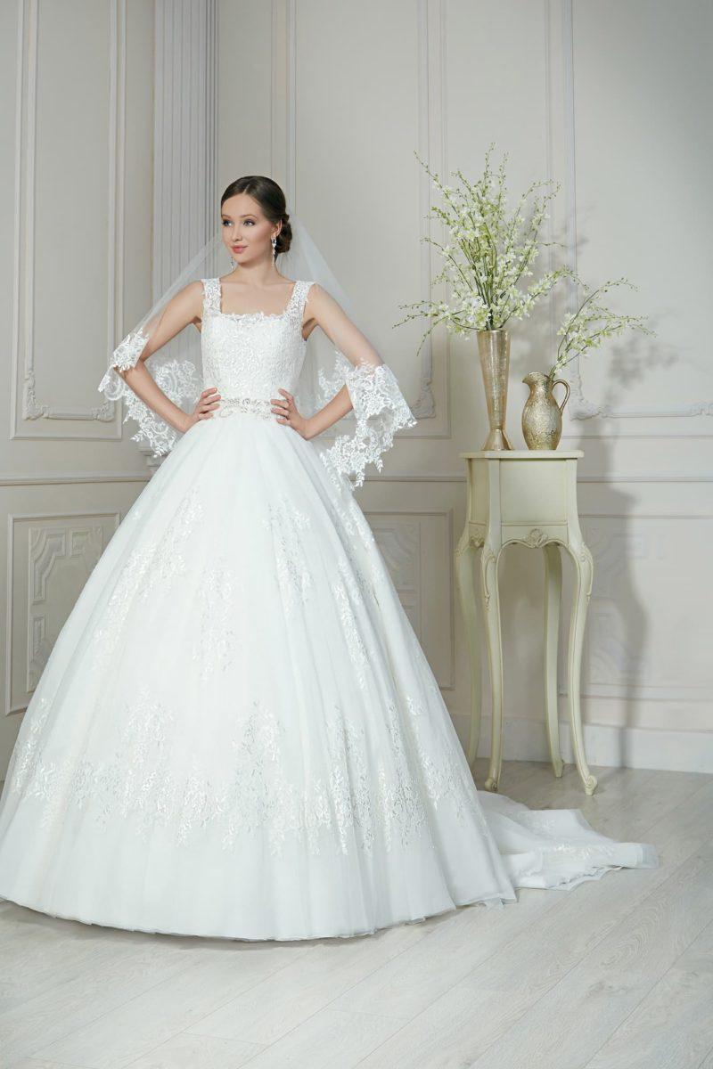 Пышное свадебное платье с декольте «каре», кружевной спинкой и длинным шлейфом.